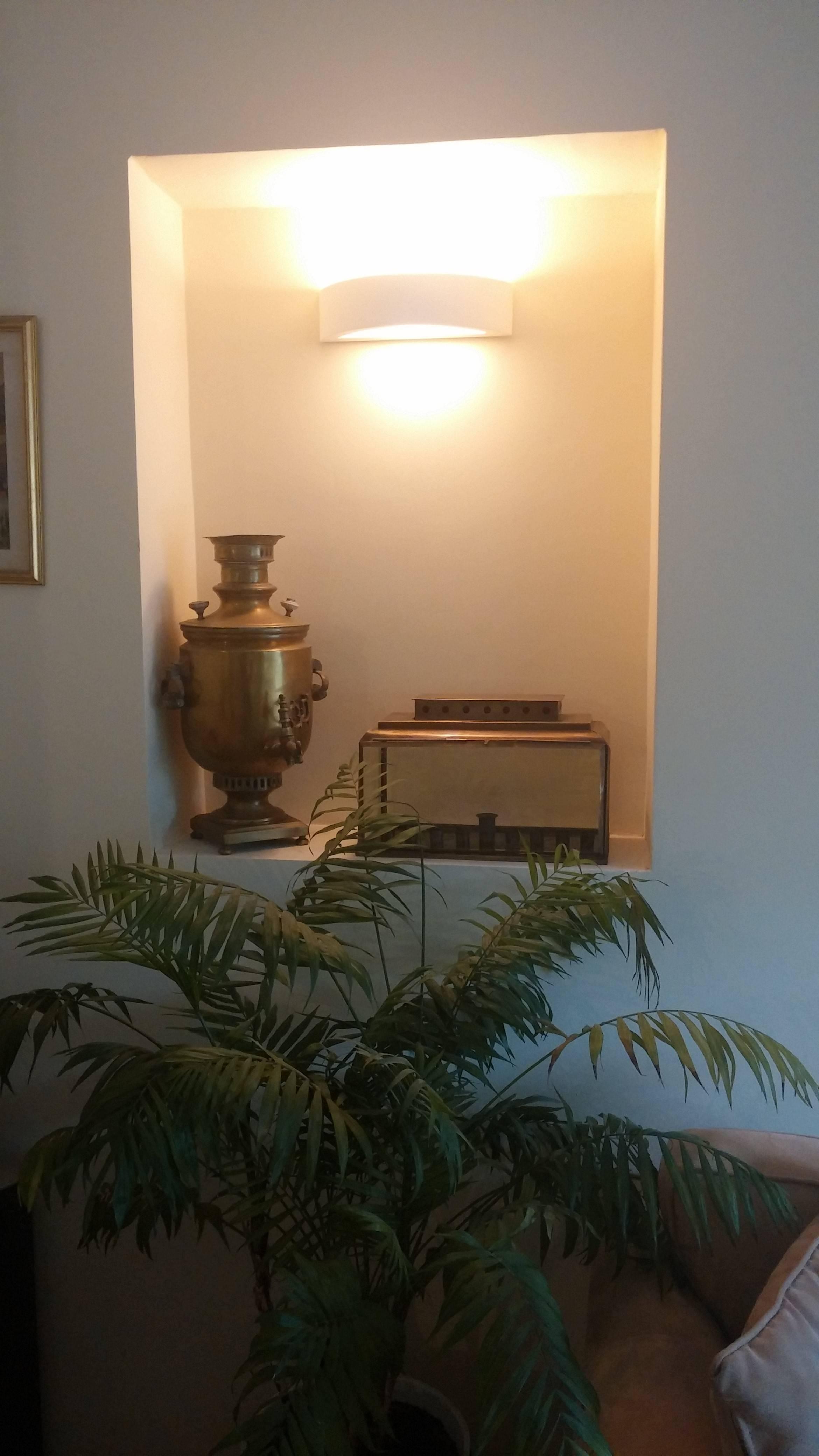 """חפצים - עיצוב הבית החנוכייה הקלאסית של """"חפצים""""  בביתה של נורית לוי"""