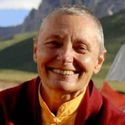 """מגזין ''מקו ועד תרבות'' - ''חפצים'' Tenzin Palmo – מורת דרך בזכות כוחה ועוצמתה הנשית. נזהרתי לא לכתוב : """"פמיניזם גם בבודיזם"""". מדוע? כמו כל איזם, גם הפמיניזם הופך עם הזמן למטבע שחוק. מטבעה של השחיקה, כאשר מרבים בה. כמו בטבע."""