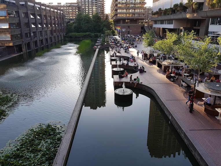 חפצים - עיצוב הבית ה- Barbican בלונדון –  מתחם מגורים ומרכז תרבות מרשימים       בהיקפם, בהיצע אולמות תרבות למיניהם ובעיקר בתפיסה הארכיטקטונית והאורבנית