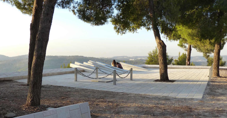 חפצים לא תאמינו למראה עיניכם</br>ביער עמינדב בהרי ירושלים</br></br>פסל הזיכרון לארתור רובינשטיין