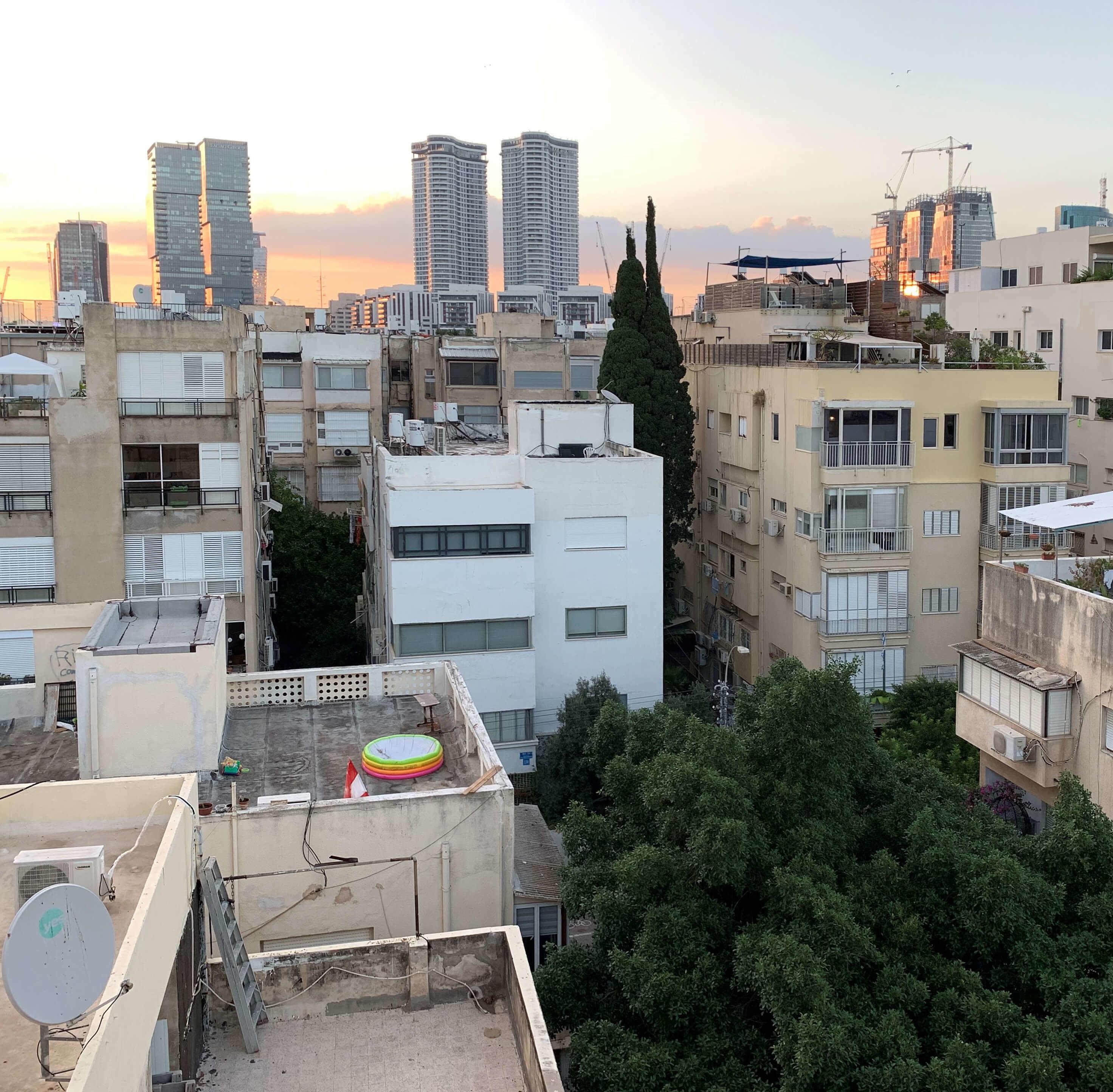 """חפצים - עיצוב הבית """"בית משותף"""" – בין ציור לתכנון עירוני"""