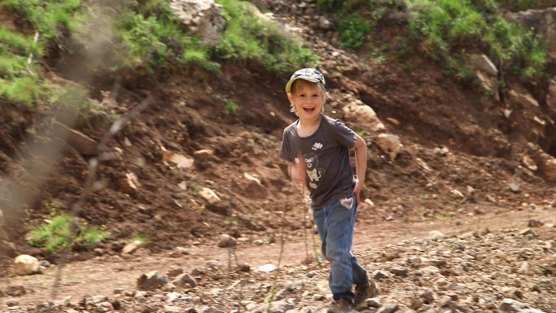"""מגזין ''מקו ועד תרבות'' - ''חפצים'' ילדים מכאן</br>סדרה דוקומנטרית על יום בחיי ילד ישראלי</br></br>""""טקסי"""" החיים היומיומיים, המשפחתיים והתרבותיים."""