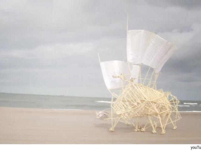 חפצים חיות החוף – Theo Jansen</br></br>הכתוב והנצפה מטה מפתיע ומהנה, מסקרן ופותח ערובות הדמיון