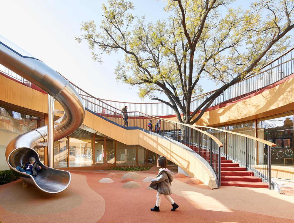 חפצים גן הילדים – YueCheng Courtyard – בביג'ינג <br><br>לתרבות היסטורית יתרונות רבים – מכתיבה שימור תורם ומאלצת יצירתיות כמעט ללא גבולות. <br><br>בימים שחינוך נבחן במיקרוסקופ בארצות מסוימות, אנחנו מזמינים אתכם להקשיב לתיאור פרויקט ייחודי בניית גן ילדים היכול להכיל קרוב ל- 400 ילדים מגיל 1.5 ועד 6. מדוע להקשיב? כי למילים מטה של  סטודיו i-MAD  סטודיו. <br>גם צליל אמפטי למחויבות החברה כלפי הדור הצעיר