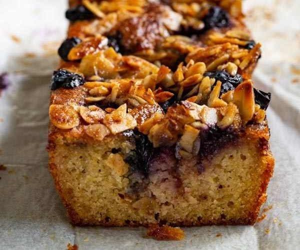 מגזין ''מקו ועד תרבות'' - ''חפצים'' עוגת אוכמניות לימונית עם קראמבל שקדים