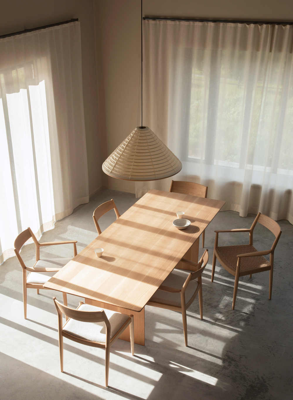 """חפצים Japandi <br><br> """"... הריהוט """"רך"""" תוך שמירה על אלגנטיות של עיצוב יפני. למרות השימוש<br>בשתי התרבויות – הנורדית והיפנית, הוקפד על פונקציונליות ועל היעיל.<br>אבל! היה חשוב לשמור על תחושת Zen של שקט בעת שהחיים מתנהלים בבית והטבע עוטף אותם."""""""