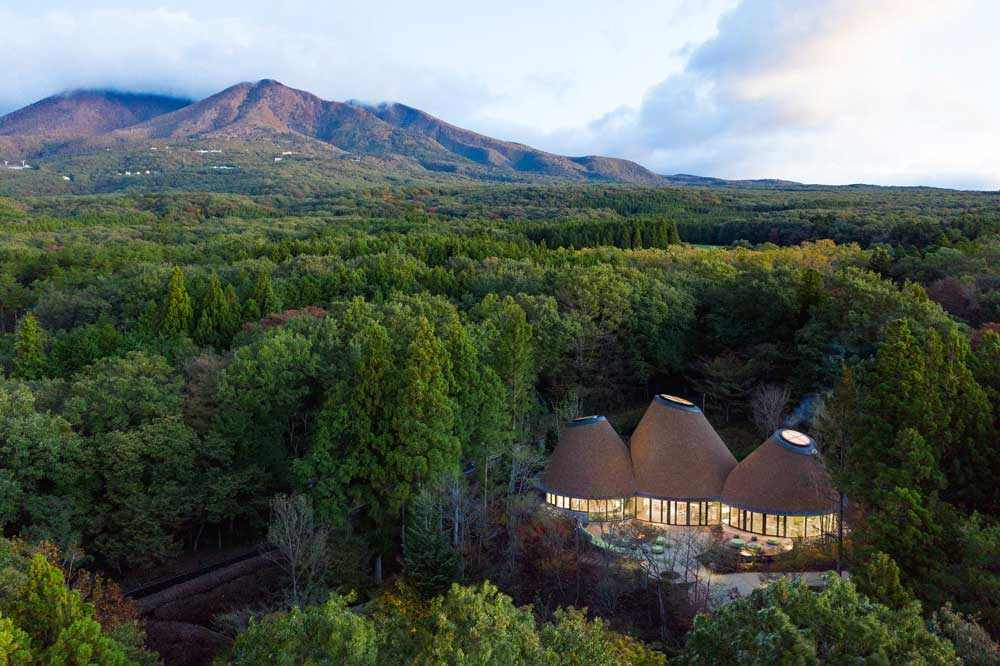 חפצים יפן - אתר נופש ביער לרגלי הר NASU<br>משרד המעצבים Klein-Dytham, הפועל ביפן, עיצבו מעין אגדה.