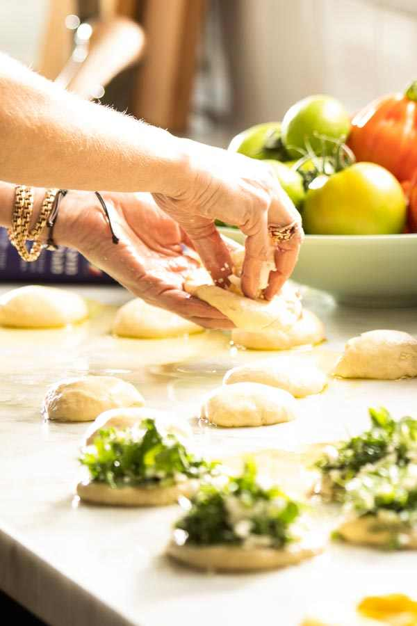 חפצים בעג'ין תרד וגבינות<br><br>יש אוכלים מתוך ידע , יש שאוכלים מתוך דפוסי בית או מסורת  ויש האוכלים עם העיניים. איך אתם אוכלים?<br><br>לאכול עם העיניים, פירוש הדבר שהמבצע וגם הצלם עשו את מלאכתם.<br>הצליחו לפתות ולעורר את מיצי הטעם והקיבה, ויצירתם כבשה.