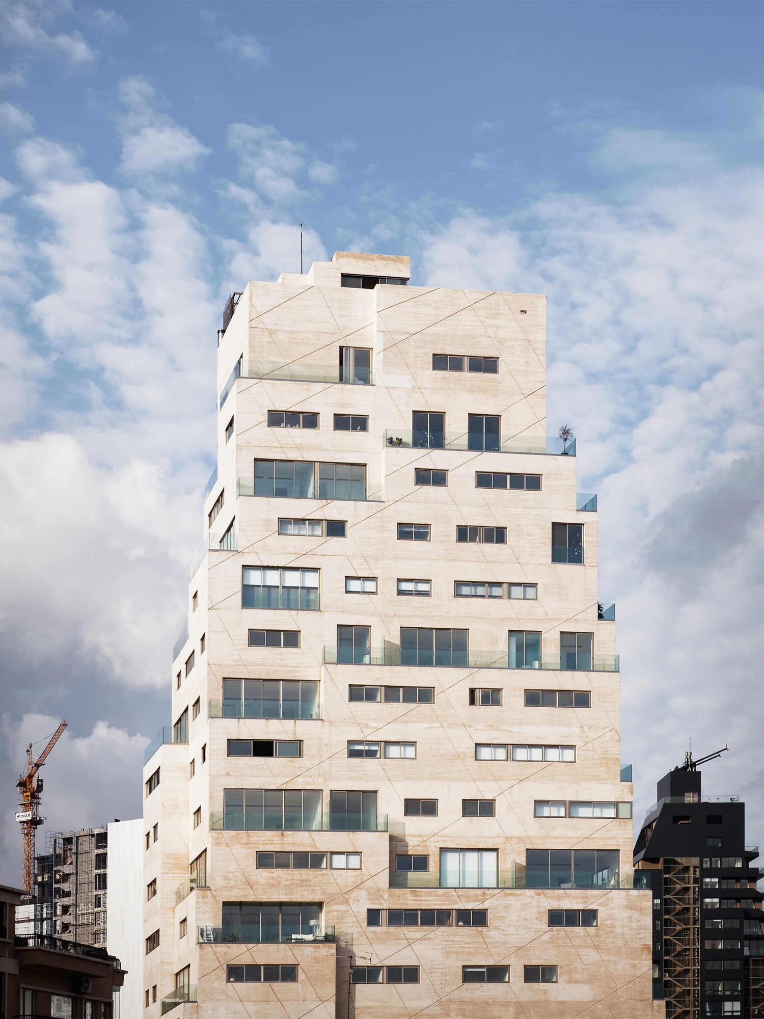 חפצים בירות<br><br>מגדל AYA ברובע Mar Michael<br><br>שכנים. מעבר לגדר. פרויקט ייחודי בבירות, לבנון, בעת קרה אסון הפיצוץ האחרון ב-2020 בנמל בירות.