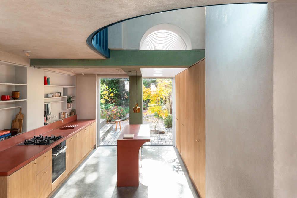 """חפצים לעצב בית מחדש<br><br>פרויקט מעורר השראה בצפון לונדון, ובעיקר מרענן את העין בצבעוניות, באלמנטים הדקורטיביים הבאים לידי ביטוי ובדלתות הדמיון שנפתחו. הפרויקט קיבל פרס – Don't Move, Improve – ל-2021,<br><br>כ""""הבית של השנה בלונדון""""."""